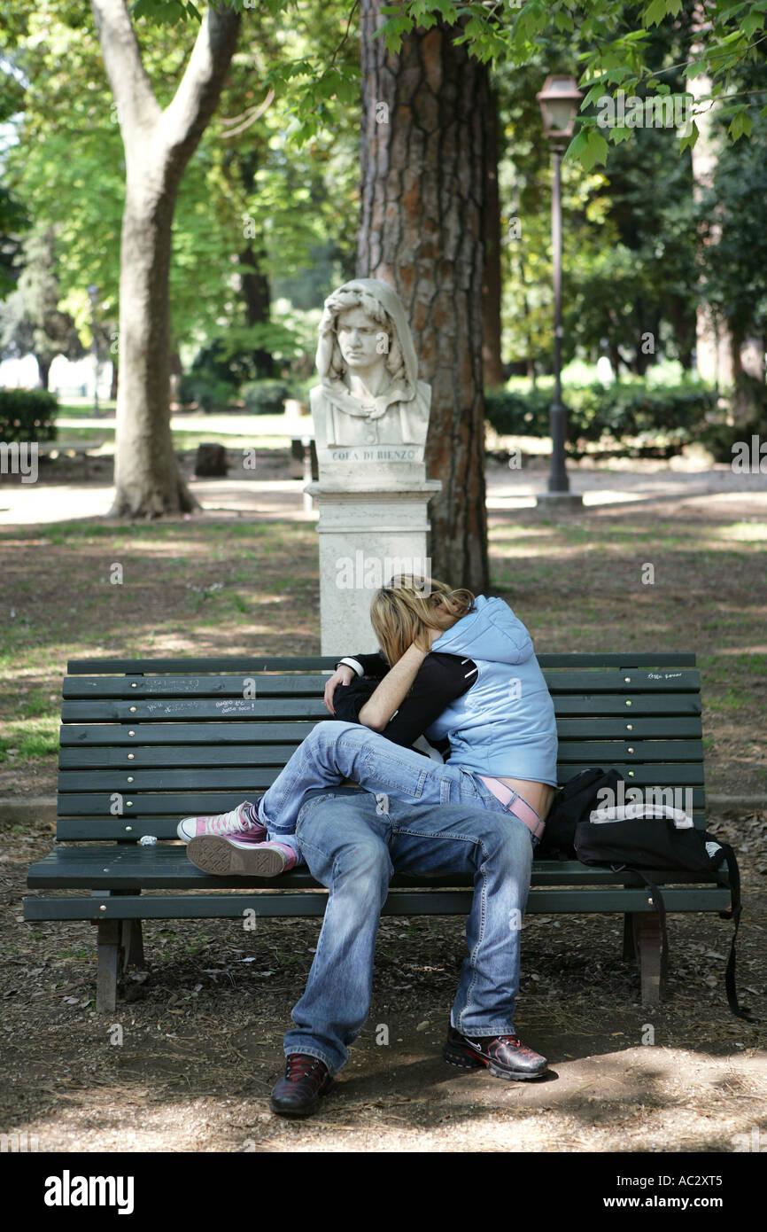 https www alamyimages fr lir l italie rome amoureux sur un banc de parc dans le parc de la villa borghese image7441924 html