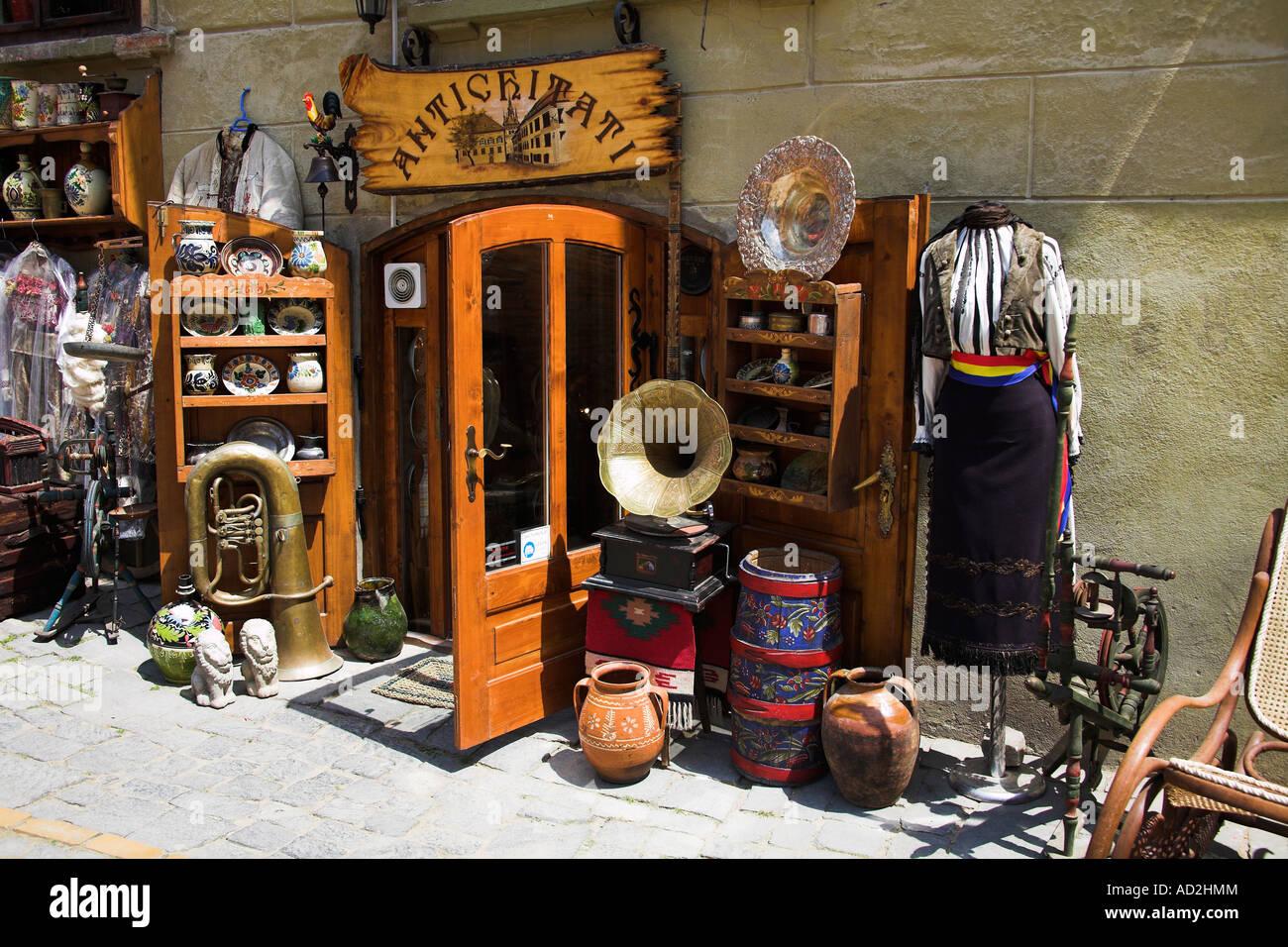 https www alamyimages fr photo image antiquites a vendre a l exterieur d un magasin d antiquites sighisoara transylvanie roumanie 13283779 html