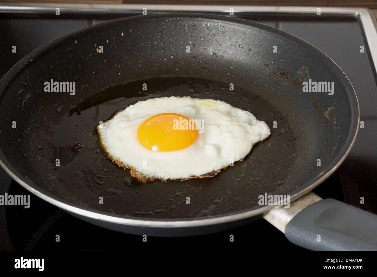 https www alamyimages fr photo image la cuisson des oeufs au plat dans une poele 29744559 html