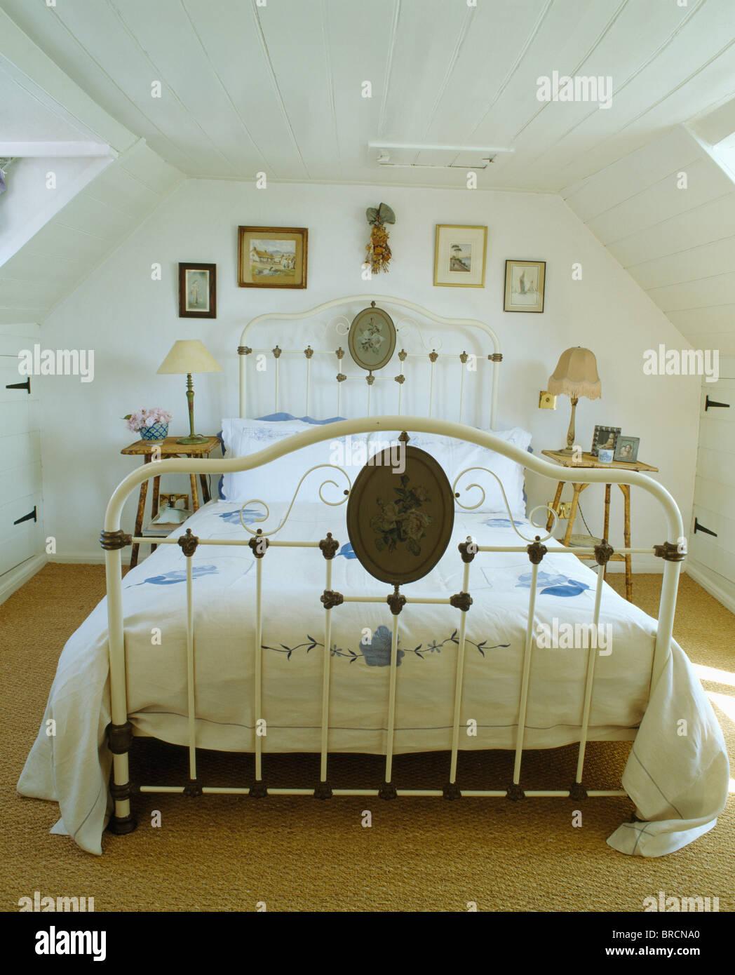 https www alamyimages fr photo image lit ancien fer forge blanc blanc dans une chambre mansardee 31627624 html
