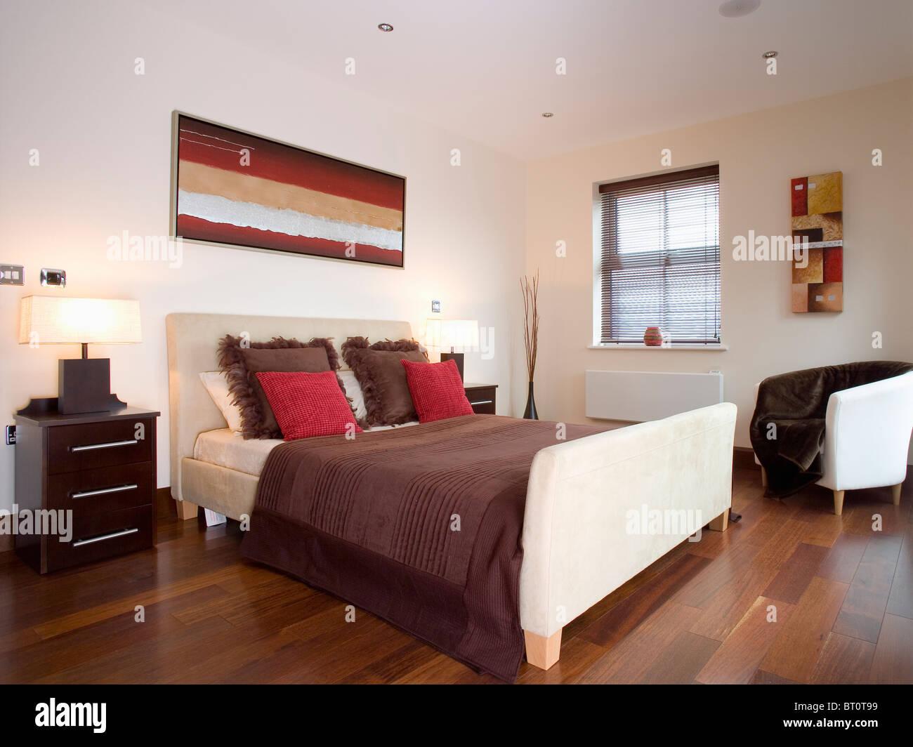 https www alamyimages fr photo image coussins rouge et marron en daim beige sur meubles lit dans chambre a coucher moderne masculin blanc 31981189 html
