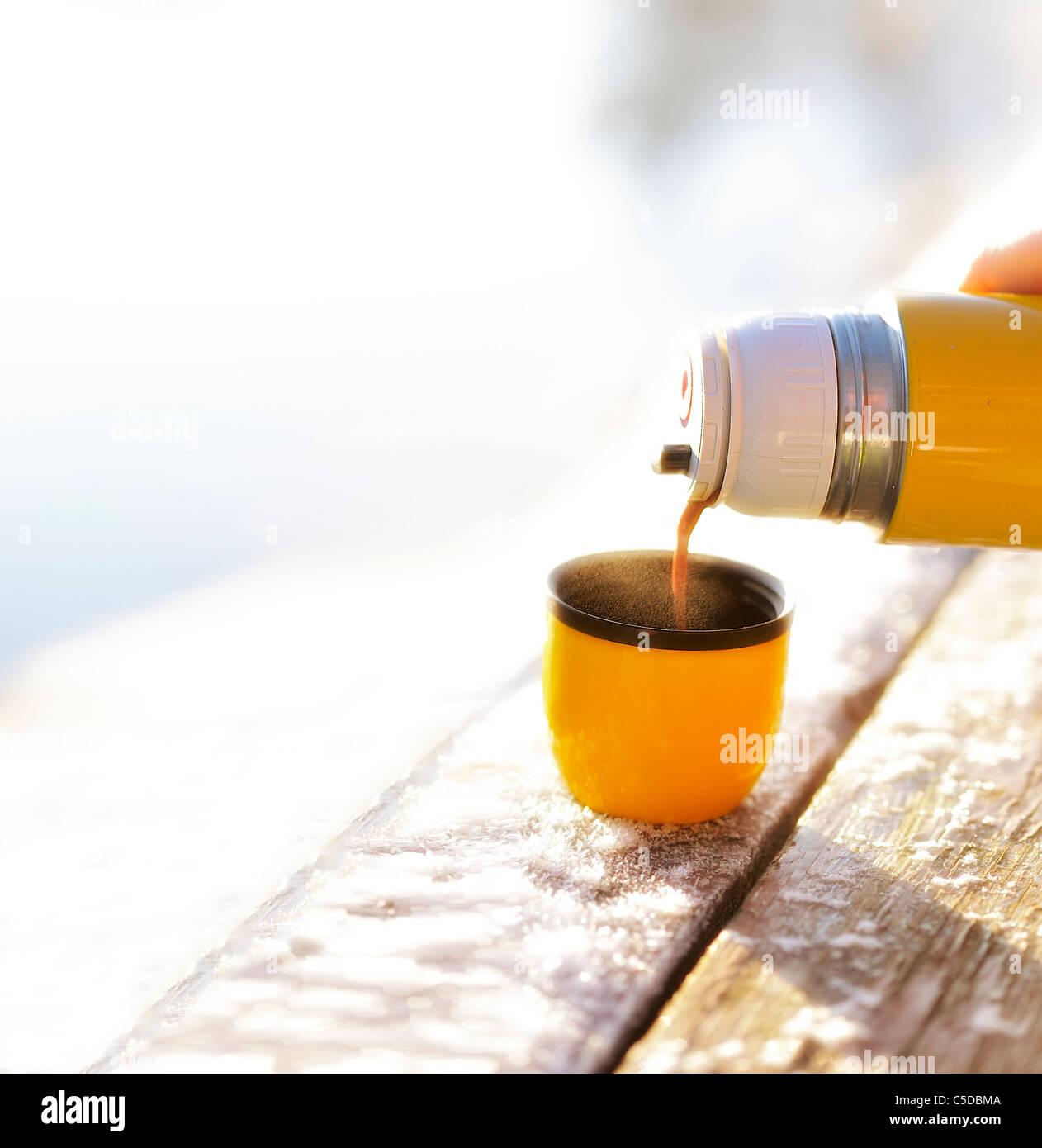 https www alamyimages fr photo image close up de verser le chocolat chaud dans la tasse sur la table en bois a l arriere plan flou 37788586 html