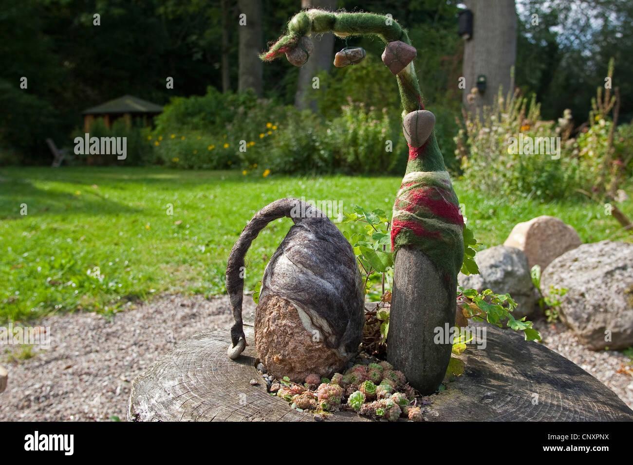 https www alamyimages fr photo image avis des trolls de pierre servant de decoration de jardin deux pierres naturelles equipees de bouchons de laine feutree cote a cote sur un arbre accroc allemagne 47917126 html