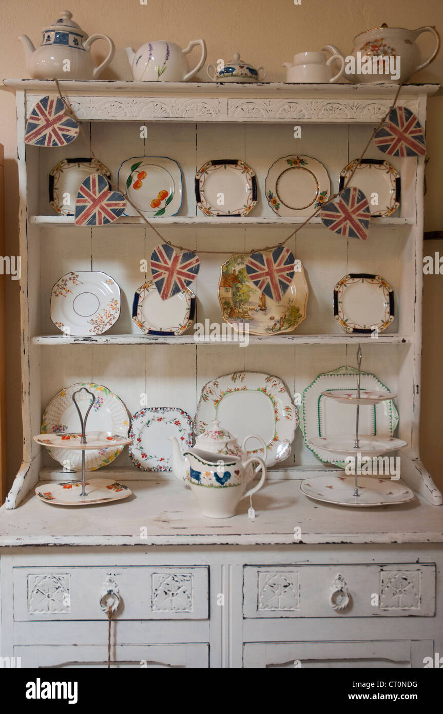 https www alamyimages fr photo image anglais de style buffet ou une commode a un salon de the dans la region de great witley worcestershire 49189324 html