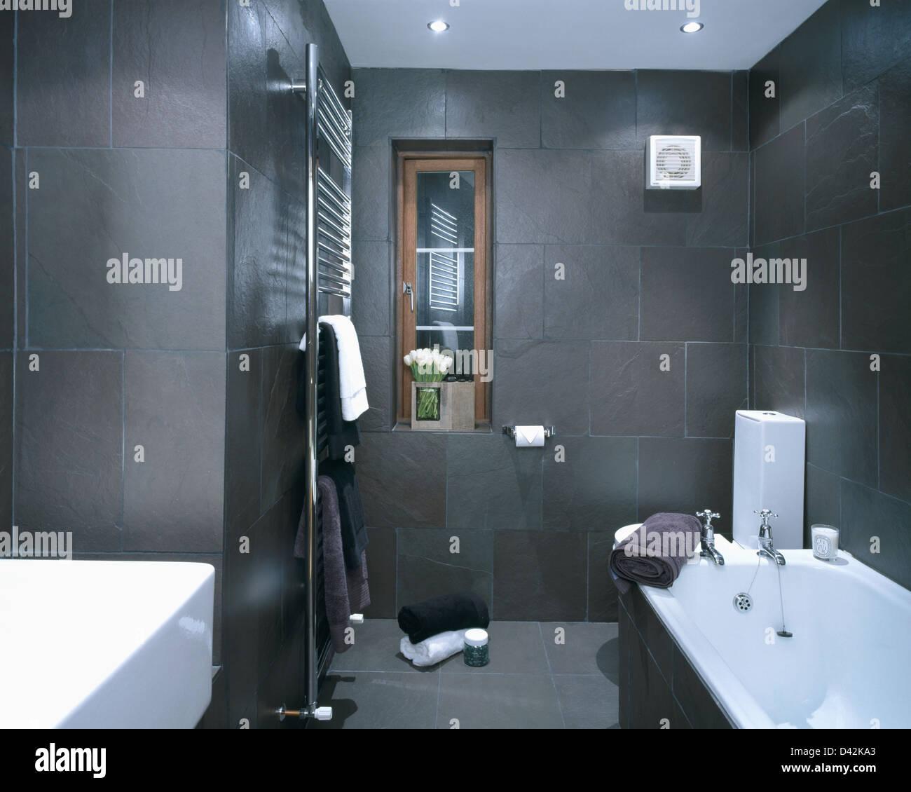 https www alamyimages fr photo image charbon gris ardoise carrelage mural dans maison moderne salle de bains avec radiateur chrome verticale 54148811 html