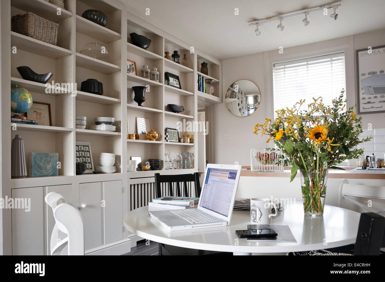 Ordinateur Portable Sur La Table Ikea Blanc En Cuisine Ouverte Et Salle A Manger Avec Des Rayonnages Ouverts Et Miroir Convexe Photo Stock Alamy