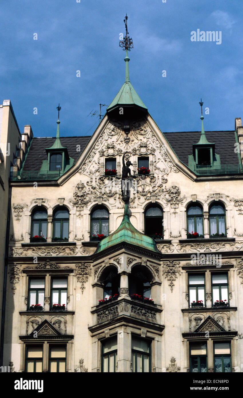 l autriche vienne cette maison est neuer markt nr 10 le nouveau batiment a ete cree en 1873 et le nom a ete haus zum goldenen dach