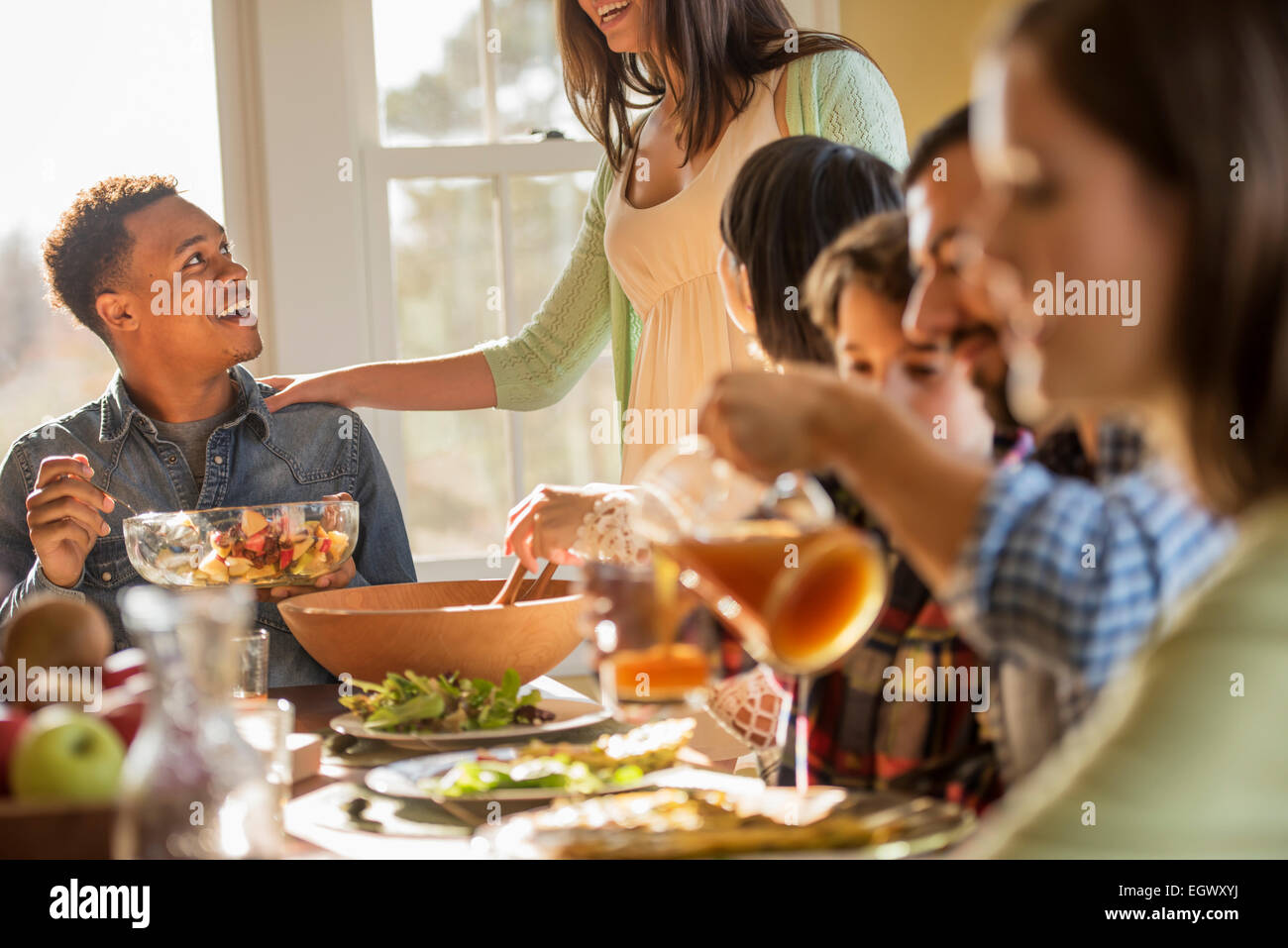 https www alamyimages fr photo image un groupe de personnes adultes et enfants assis autour d une table pour un repas 79245926 html