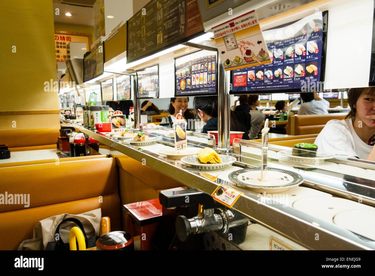 https www alamyimages fr photo image interieur d un restaurant de sushis japonais typique gros plan de divers sushis et aliments sur des assiettes se deplacant le long du tapis roulant 82071145 html