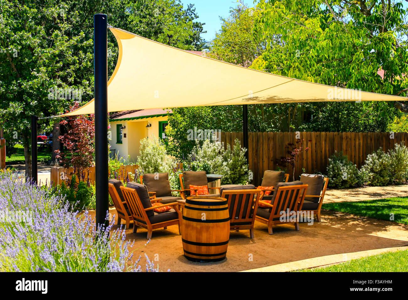 https www alamyimages fr photo image un jardin couvert terrasse avec chaises et coussins en californie 88136992 html