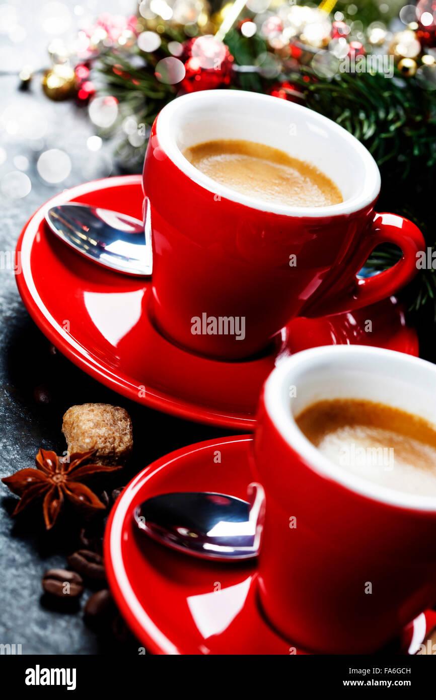 https www alamyimages fr photo image le cafe espresso tasses de cafe rouge et decorations de noel sur fond sombre 92343009 html