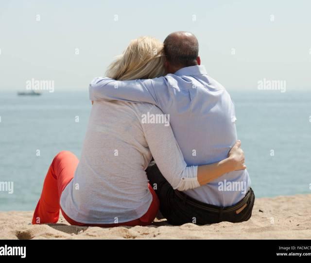 Les Amateurs De Mature Romantique Assis Sur La Plage Au Bord De Mer Et Profiter De La Vue