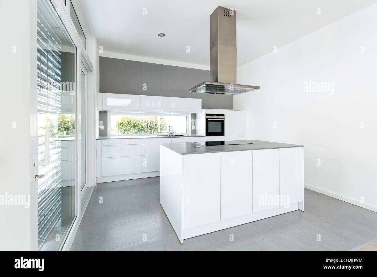 https www alamyimages fr photo image interieur de cuisine blanche avec de grandes fenetres 94451552 html