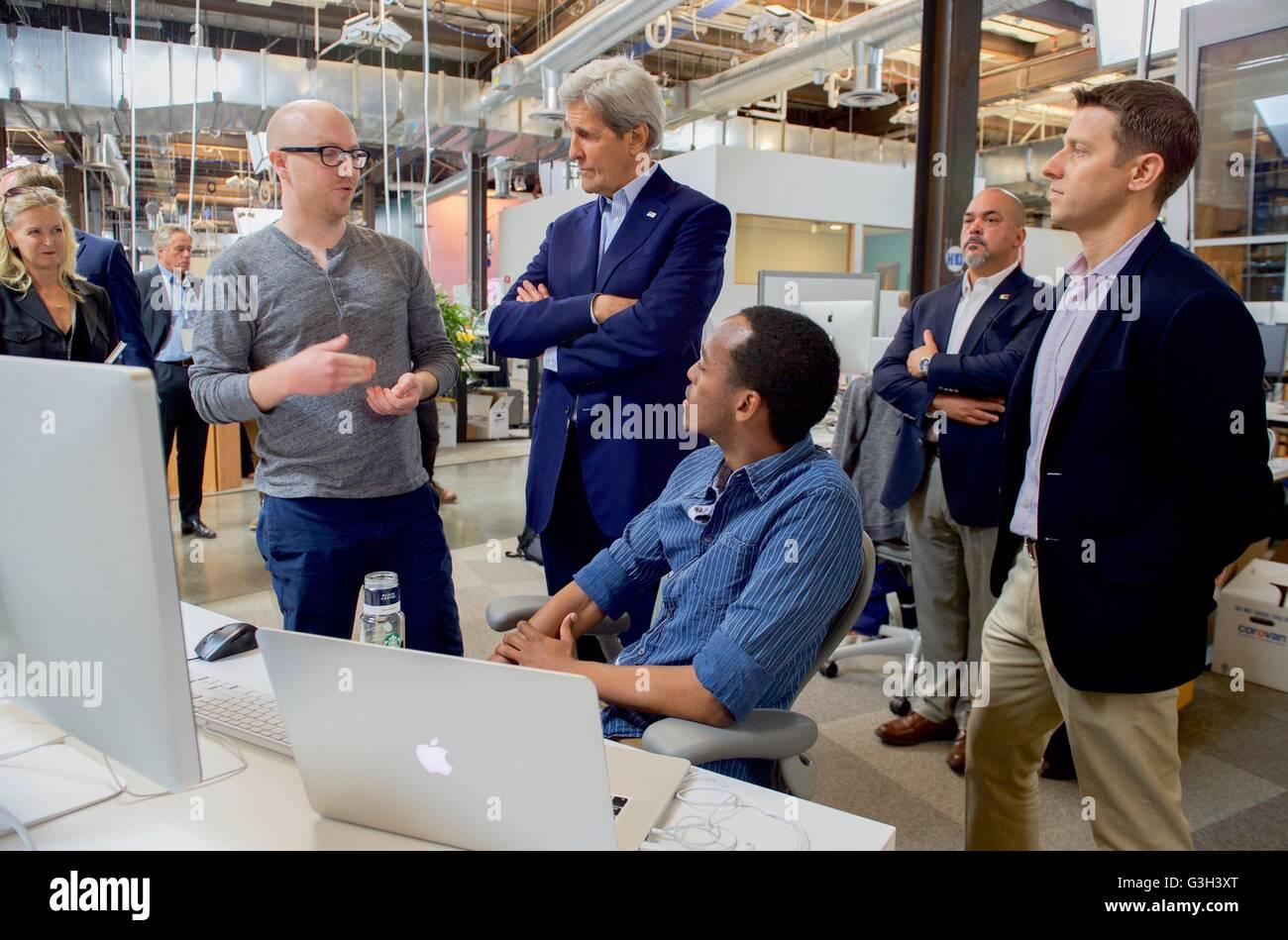 le secretaire d etat john kerry s entretient avec les developpeurs de logiciels avant de rencontrer les pdg mark zuckerberg au nouveau siege de facebook 23