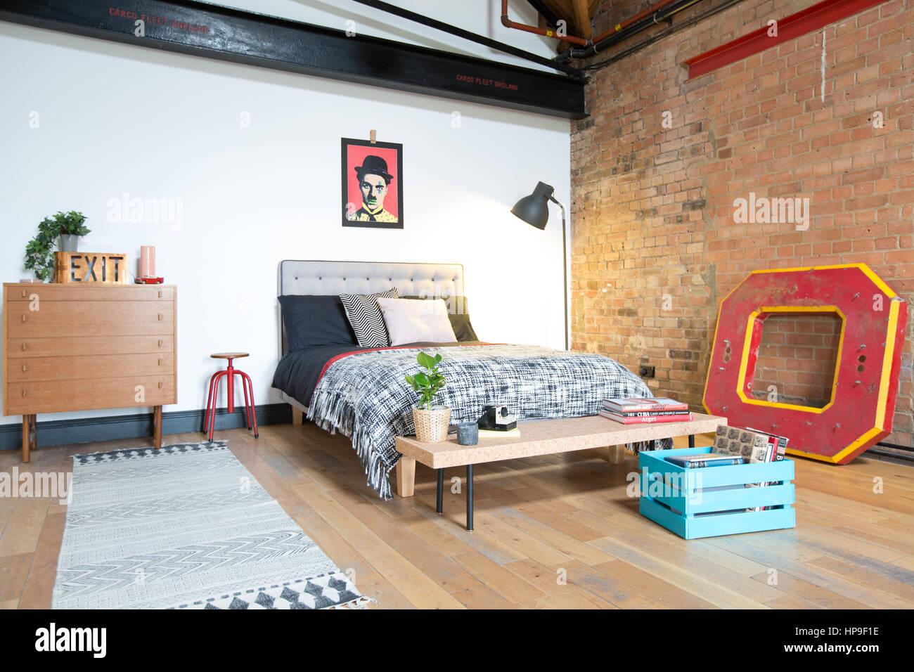 https www alamyimages fr photo image une chambre dans un appartement de style loft avec des murs en briques et meubles ambiance annees 50 134204378 html