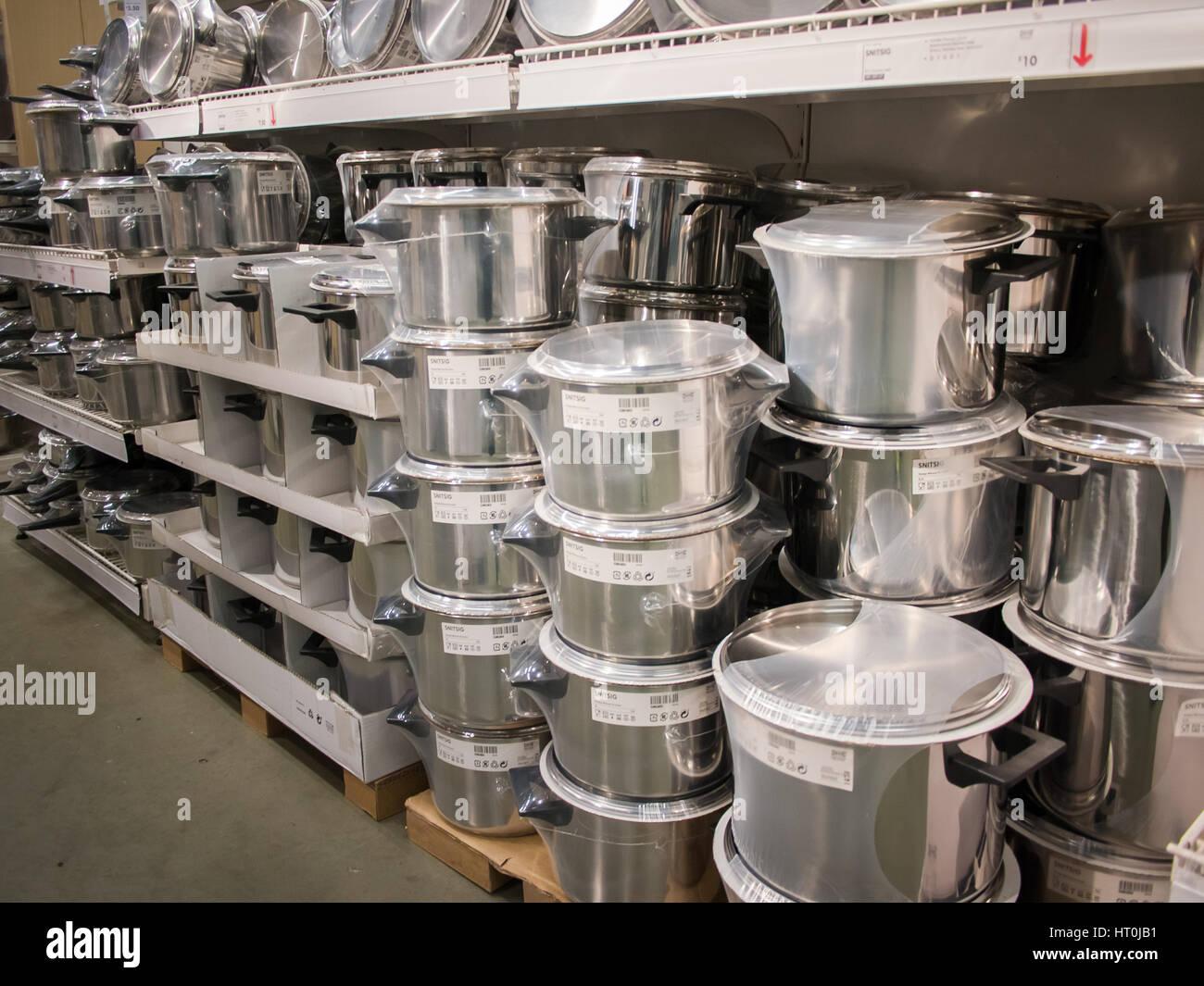 https www alamyimages fr photo image pots et casseroles en vente dans un magasin ikea 135238741 html