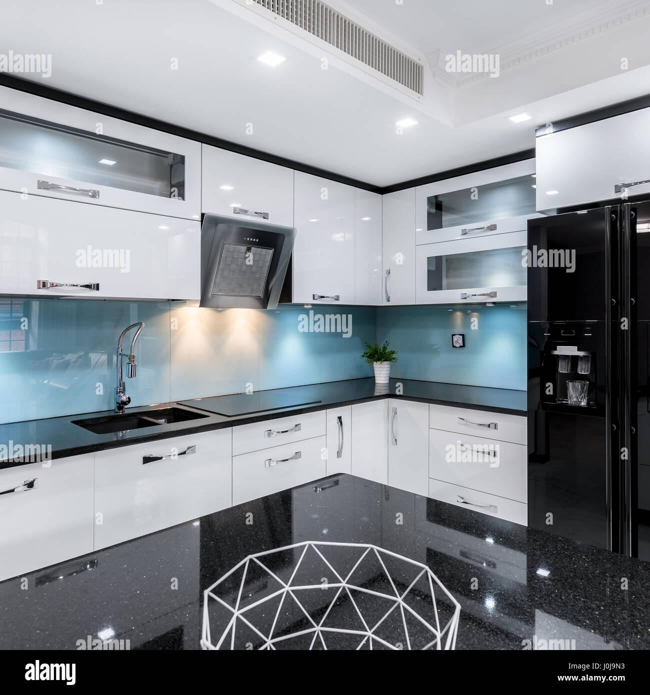 https www alamyimages fr photo image noir et blanc moderne haute brillance cuisine avec table et comptoir 138085727 html