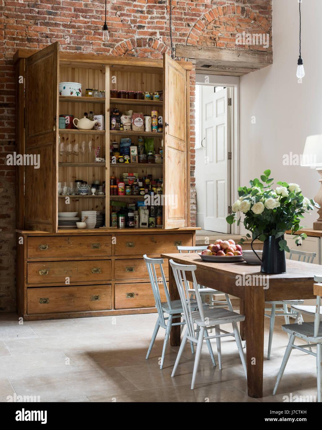 https www alamyimages fr photo image grand garde manger placard de cuisine spacieuse avec mur en briques apparentes et table en bois ferme 142268325 html