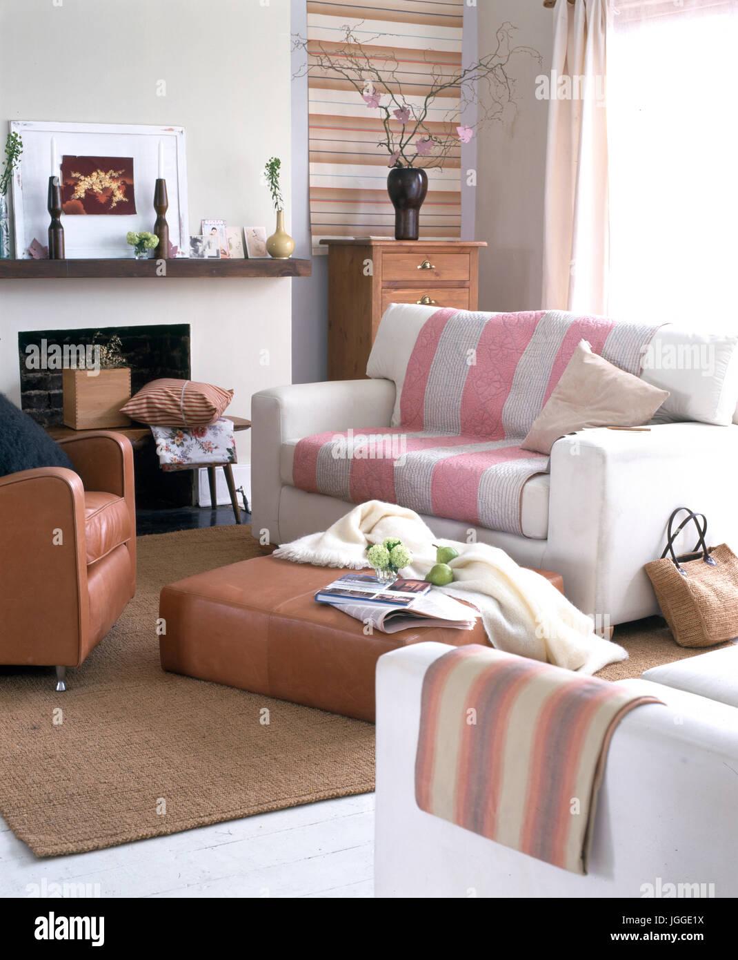 https www alamyimages fr photo image petit salon moderne avec deux places canapes et fauteuil en cuir 147879702 html