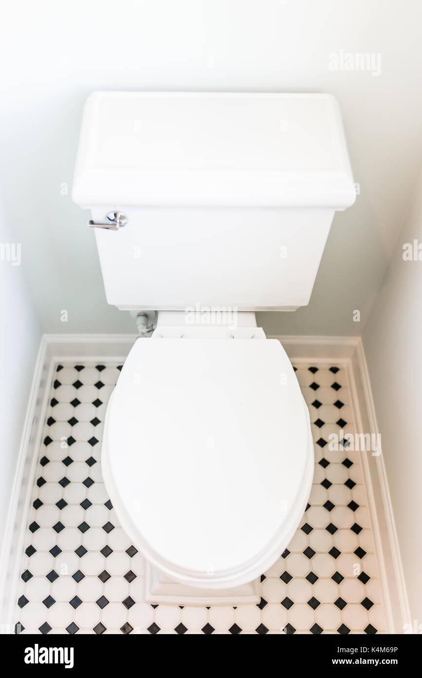 https www alamyimages fr mise en scene blanc propre moderne toilettes dans salle de bain avec carrelage au sol dans le modele maison maison ou appartement image157795954 html