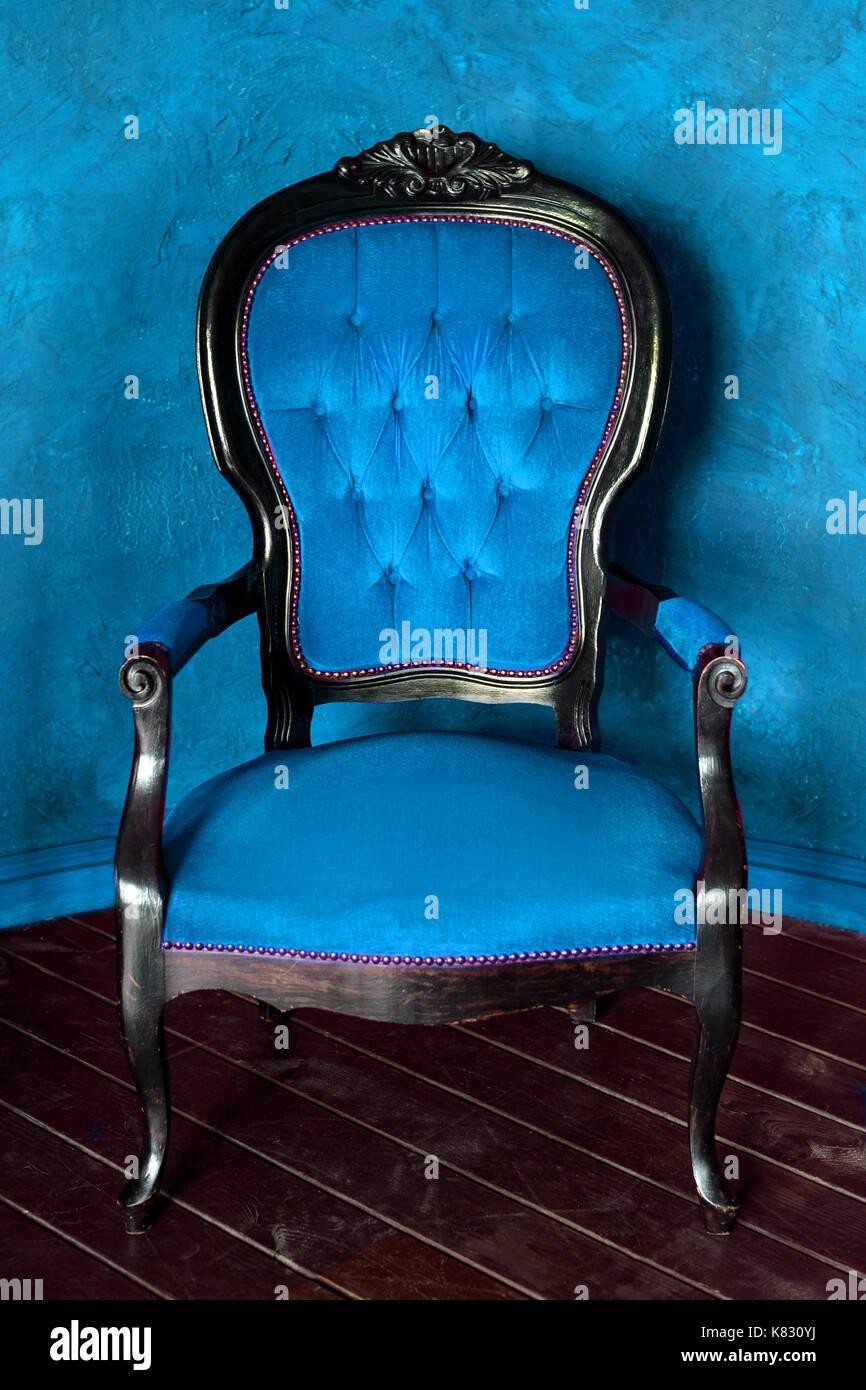https www alamyimages fr fauteuil de style classique en bois ancien canape lit dans chambre vintage image159877190 html