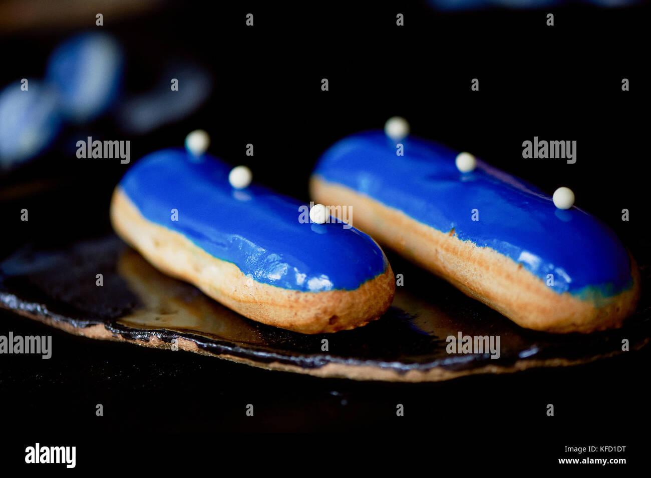 https www alamyimages fr photo image eclairs bleu avec un glacage miroir un travail de gateaux l art culinaire 164399700 html