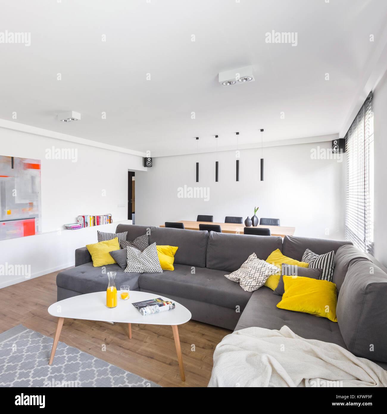 https www alamyimages fr photo image blanc moderne salle de sejour avec canape gris extra grand et elegant tableau 164673979 html
