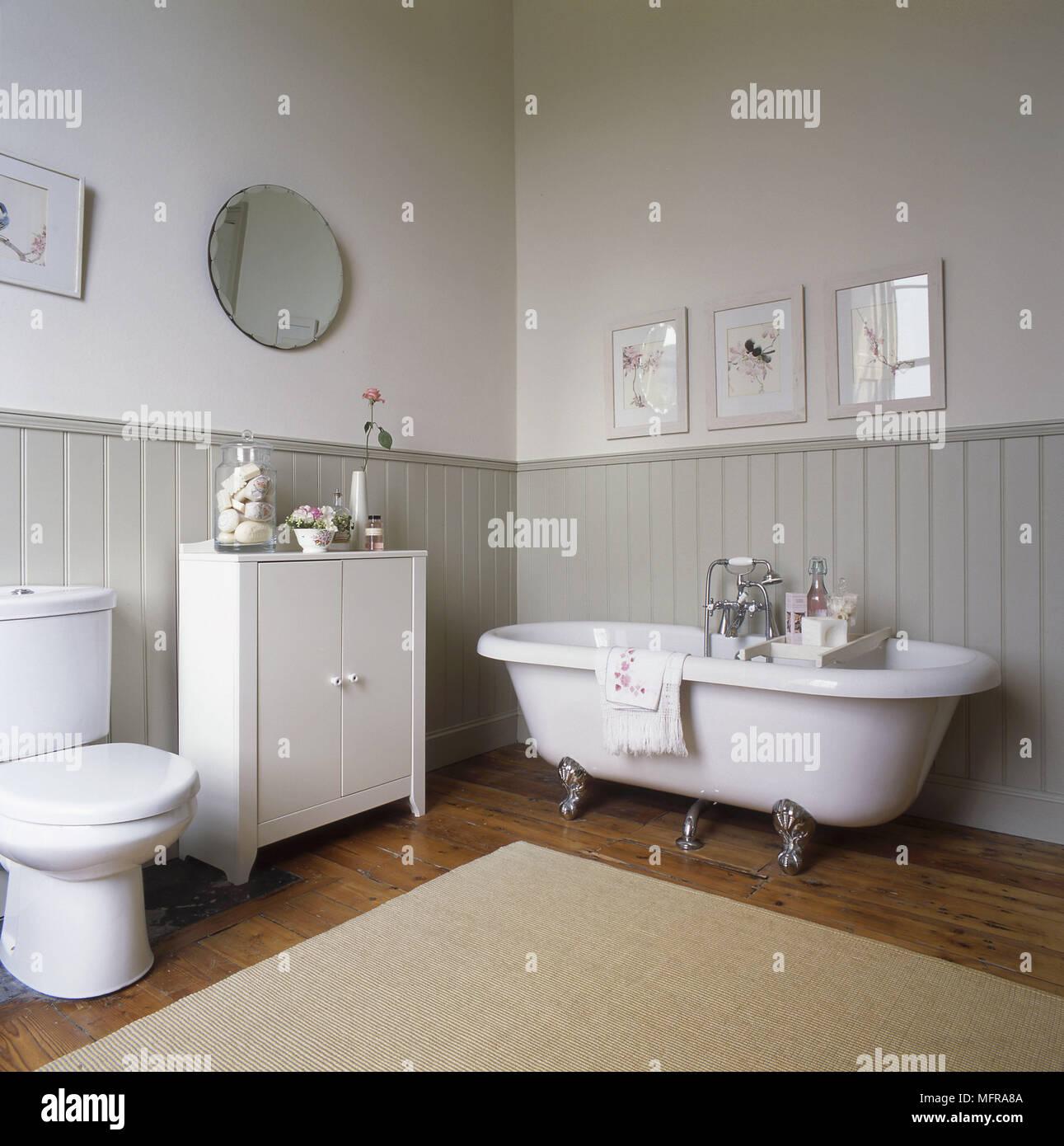 Toilettes Et Placard A Cote De Style Ancien D Une Baignoire Sur Pieds Haut Rouleau Dans Un Style Campagnard Salle De Bains Photo Stock Alamy