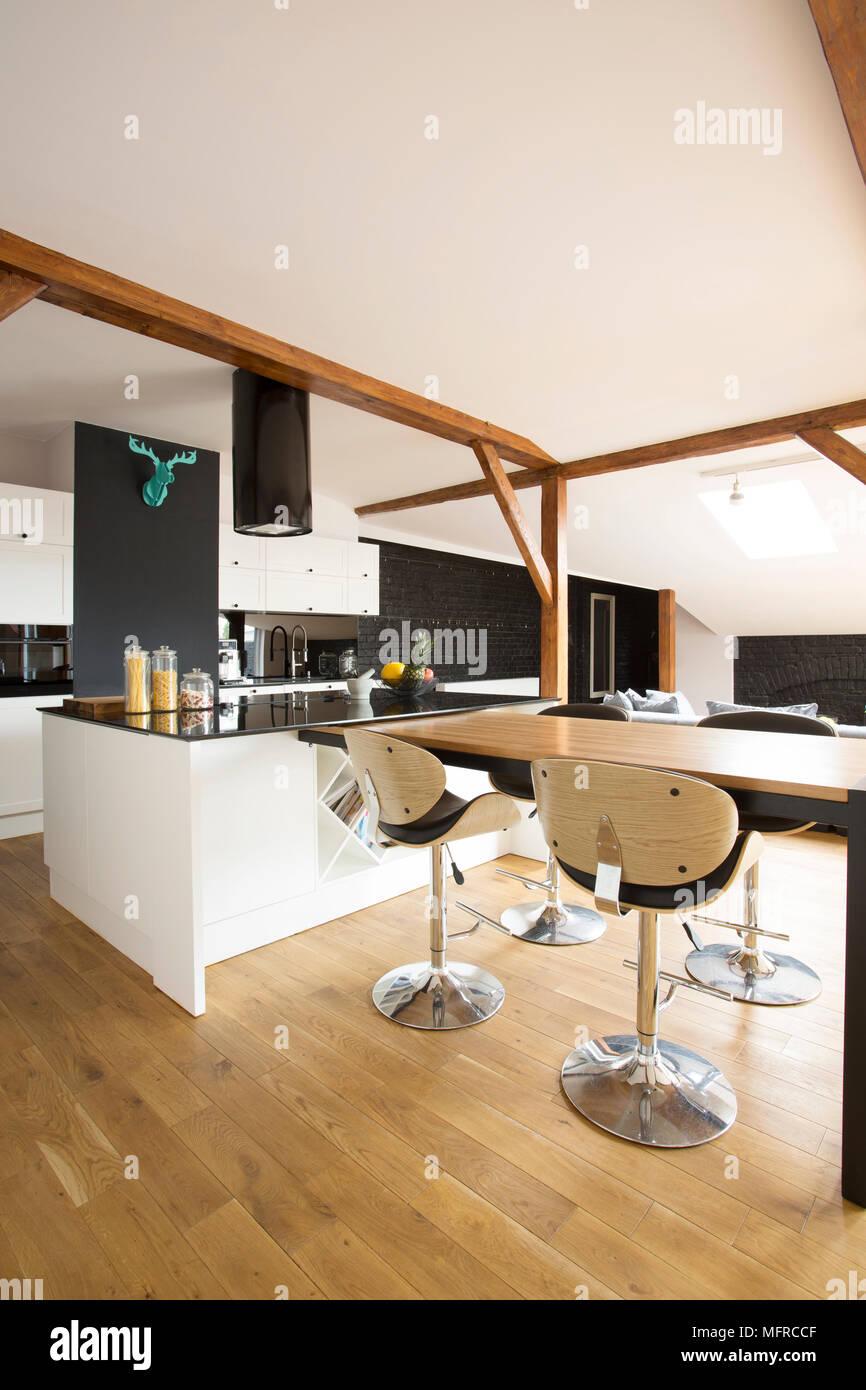 https www alamyimages fr moderne blanc cuisine interieur avec tabourets de bar table en bois et marbre noir image181838175 html