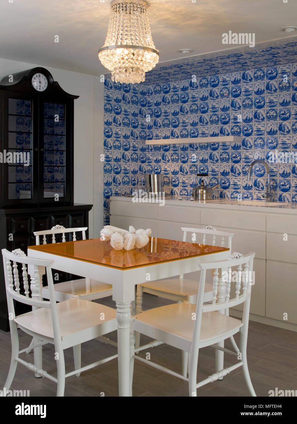 https www alamyimages fr table et chaises en bois blanc en cuisine moderne avec carrelage bleu image181861824 html