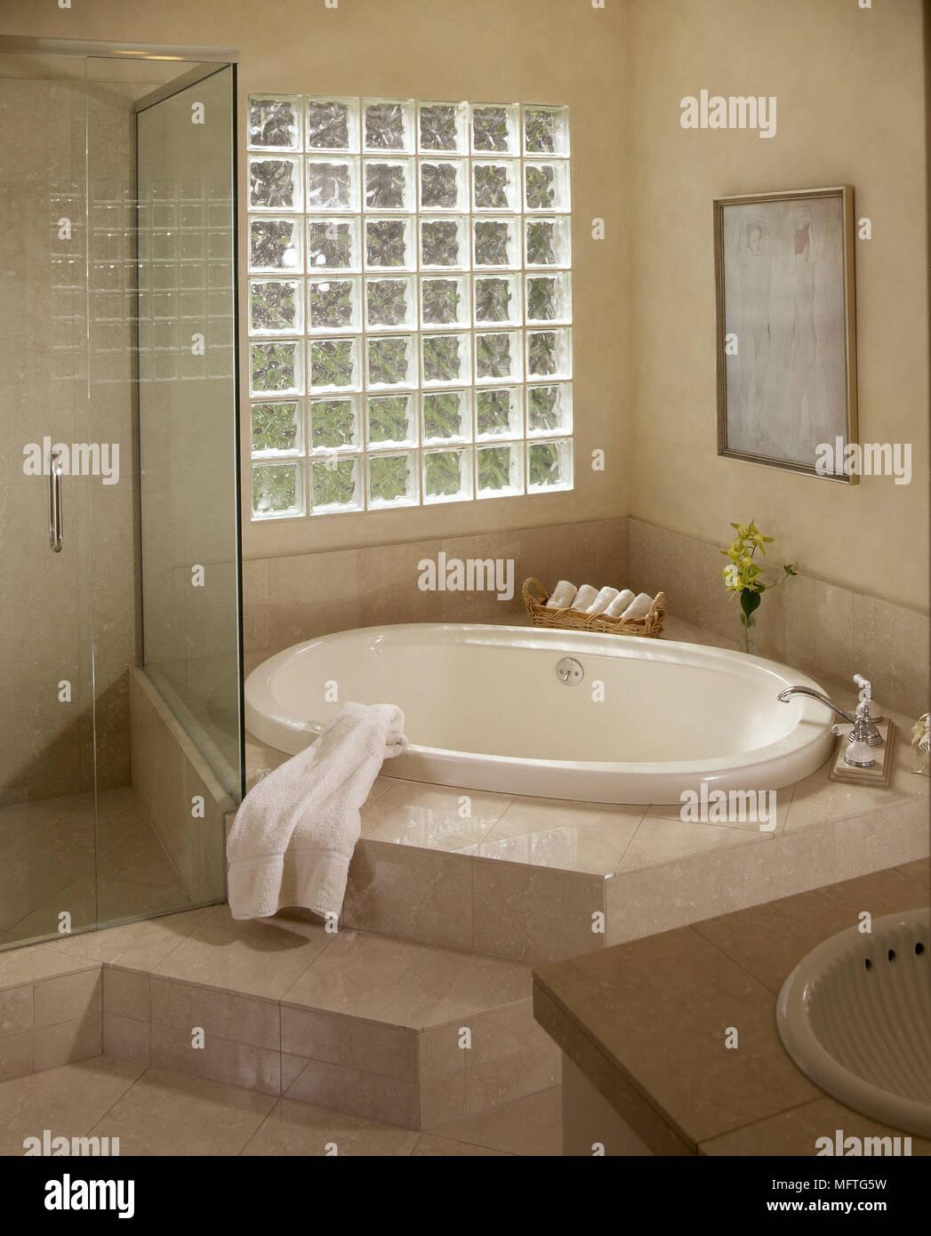 https www alamyimages fr salle de bains baignoire encastree moderne en brique de verre verre fenetre douche carrelee salles interieurs ecran bains douches couleurs chaudes carrelage image181863077 html