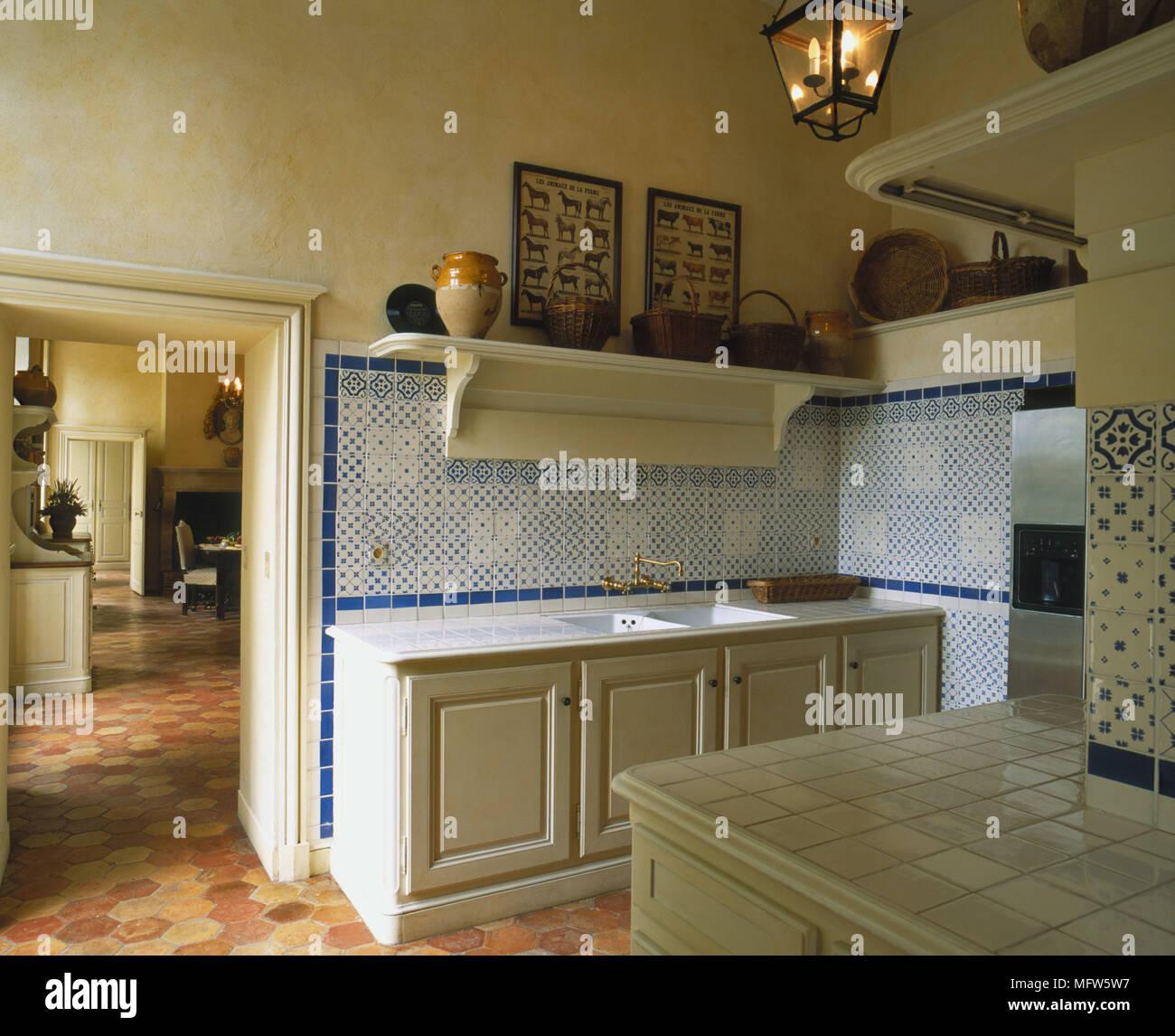 https www alamyimages fr une cuisine traditionnelle avec des unites peint jaune bleu carrelage mural lampe bougie haut travaux carrelage sol carrelage image181876947 html