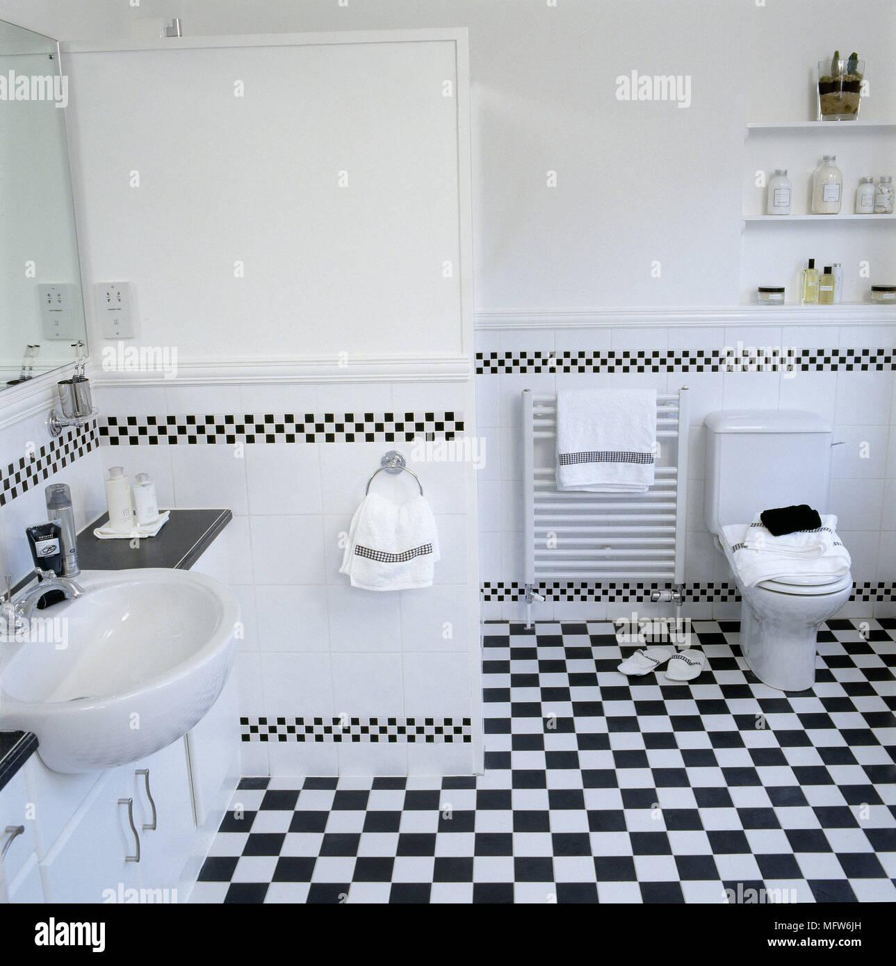 https www alamyimages fr salle de bains moderne avec carrelage en damier noir et blanc lavabo toilettes et les niches de rayonnages image181877545 html