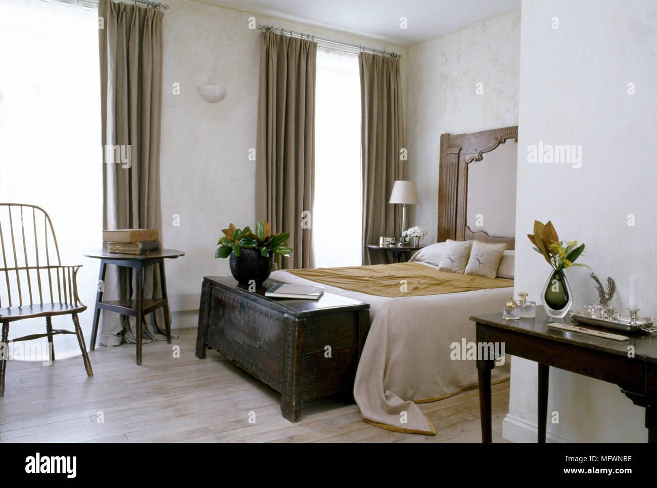 https www alamyimages fr chambre traditionnelle avec un lit double de la fusee coffre en chene chaise arriere plancher de bois rideaux et fenetres image181889106 html