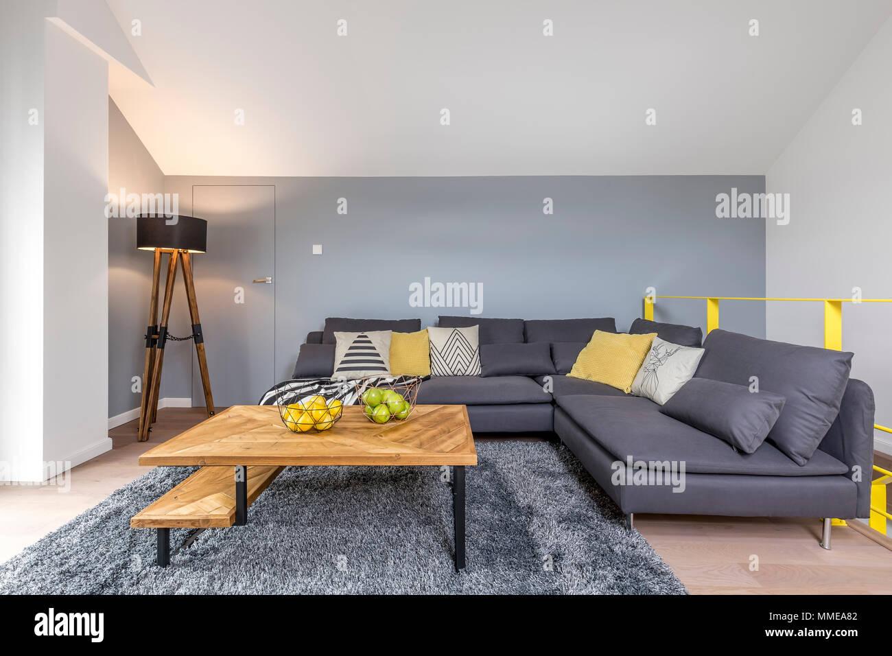 https www alamyimages fr un salon elegant avec coin gris canape lampe tapis moelleux et table basse en bois avec pieds en metal noir image184712194 html