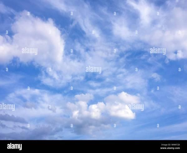 Beau ciel bleu avec des nuages de fond.Ciel avec nuages ...