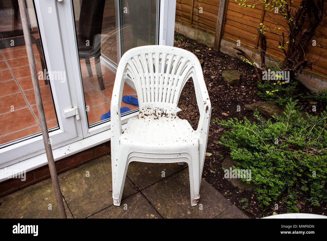 accueil des ameliorations et des renovations les objets en plastique dans le jardin vieux et utilise de meubles de jardin
