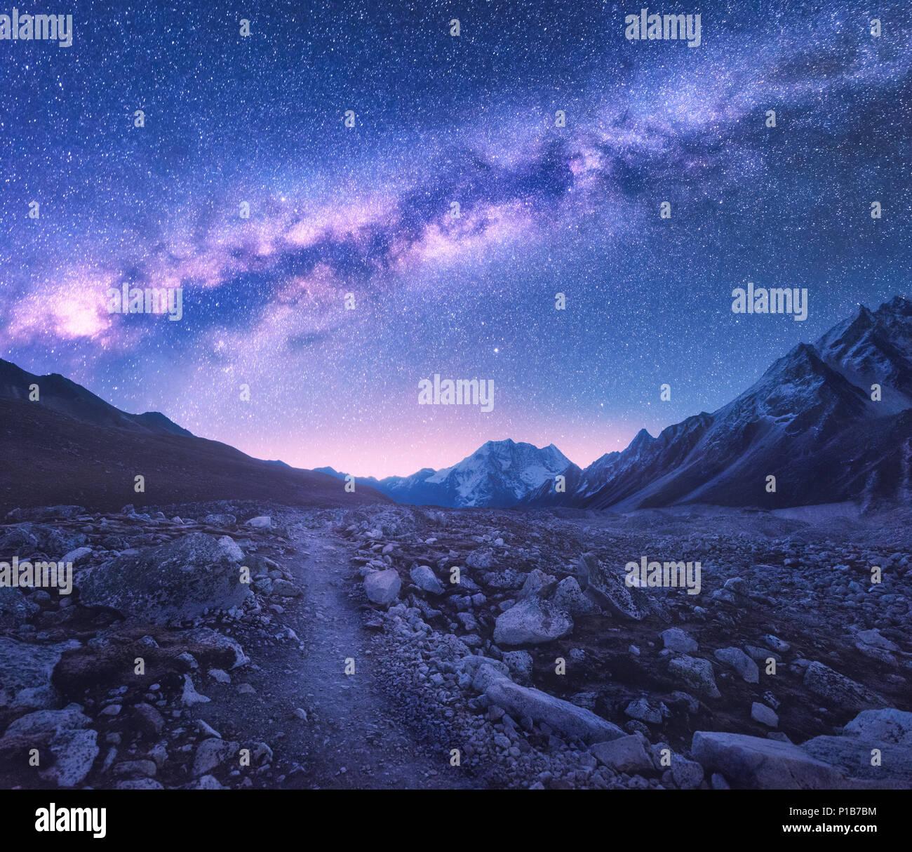 https www alamyimages fr voie lactee et les montagnes l espace vue magnifique sur les montagnes et ciel etoile de nuit au nepal sentier dans la vallee de montagne et ciel mauve avec des etoiles image207386360 html