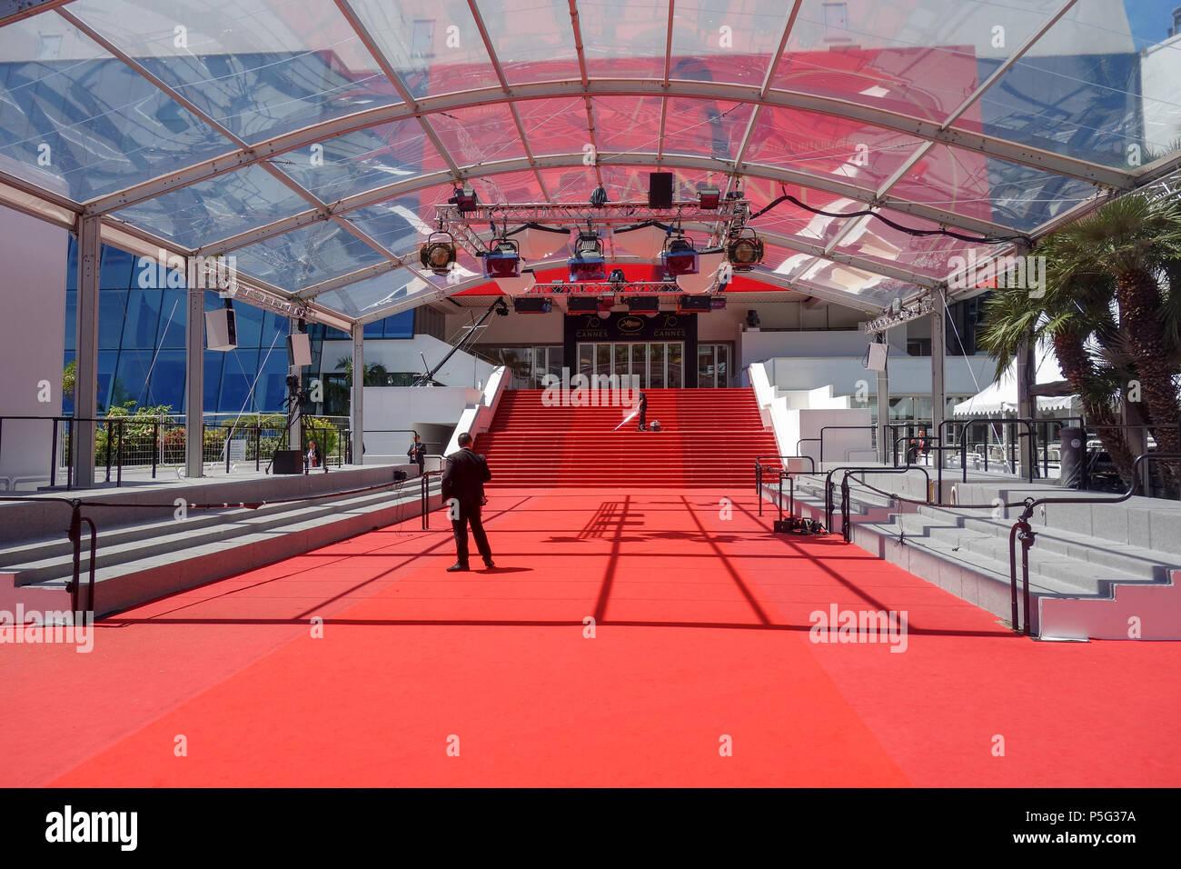 https www alamyimages fr cannes france 19 mai 2017 un homme de vide le tapis rouge comme suit au grand theatre lumiere en preparation de la 70e assemblee annuelle du festival du film de cannes image209951486 html