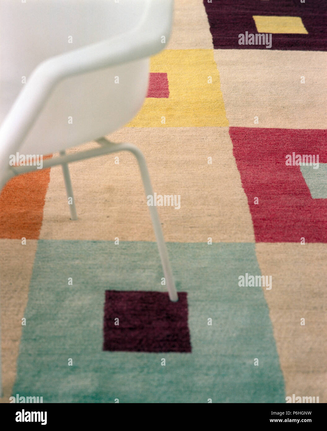 https www alamyimages fr close up d une chaise de style annees 50 blanc sur tapis en laine colore verifie image210598693 html