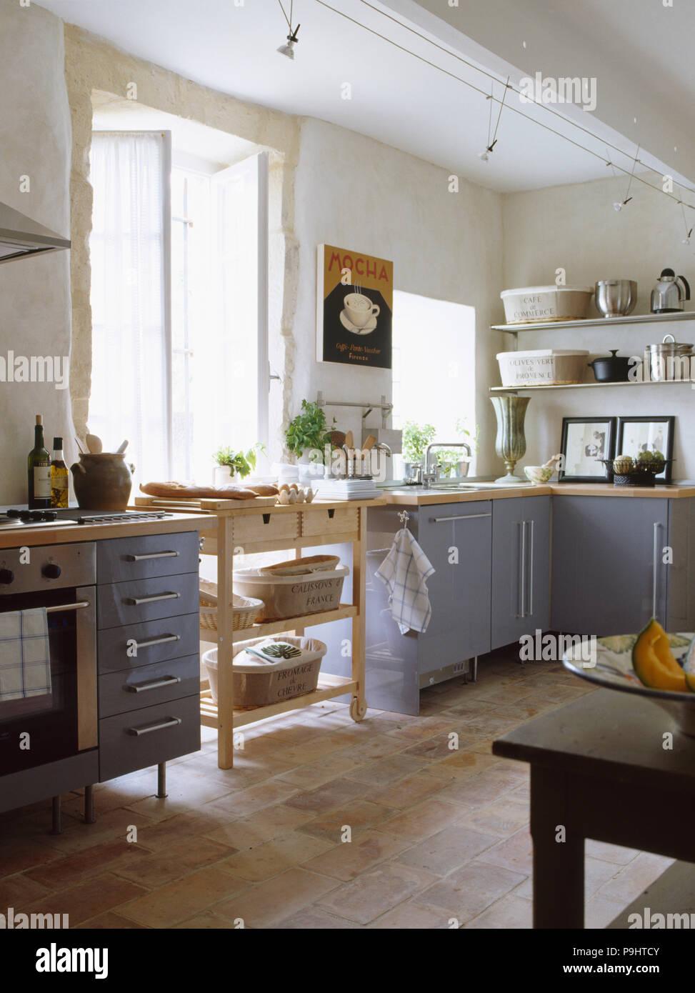 https www alamyimages fr carrelage en terre cuite blanche moderne de la cuisine provencale avec unites equipe gris bleu image212448683 html