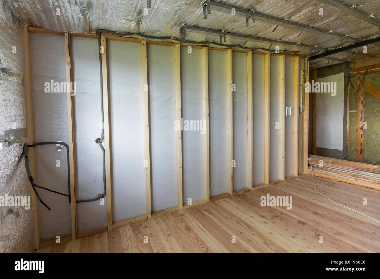 https www alamyimages fr prix en construction et renovation d aluminium avec de l argent sur les murs et au plafond plancher en bois de chene et bois pour les mur de separation pr image215882582 html
