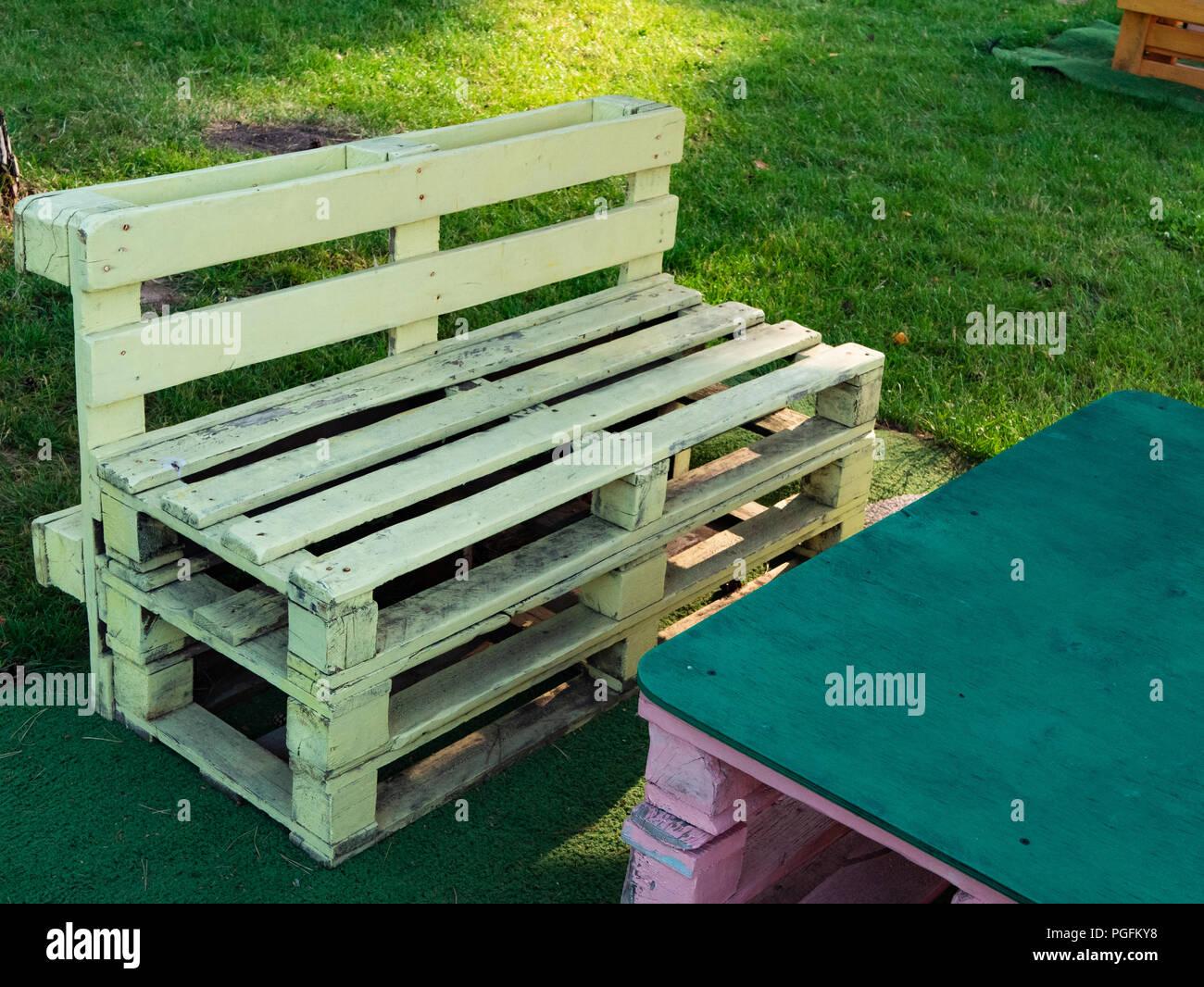 https www alamyimages fr gros plan de palette en bois canape style loft au cafe de campagne salon chill out vous detendre en plein air zone de confort d ete journee ensoleillee image216703852 html