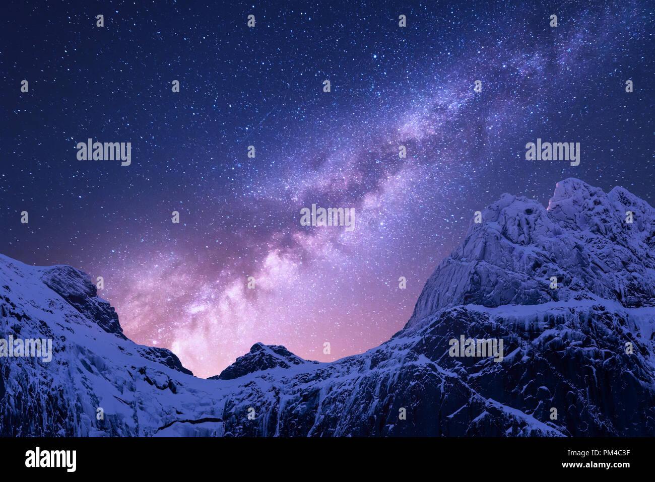 https www alamyimages fr voie lactee au dessus des montagnes enneigees l espace vue fantastique avec des roches couvertes de neige et ciel etoile de nuit au nepal la crete de la montagne et le ciel avec des etoiles dans image218914851 html