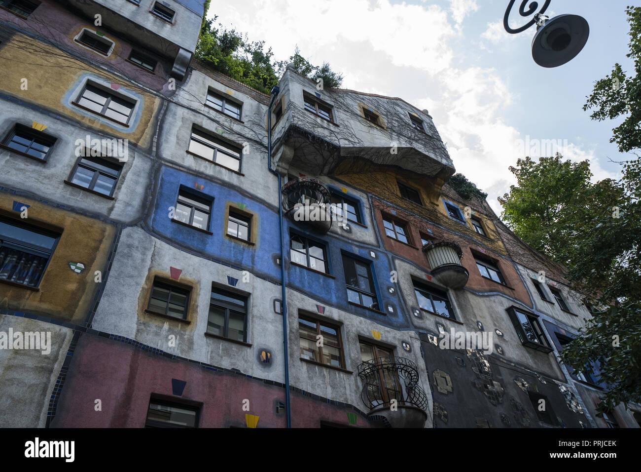 le village et la maison hundertwasser a vienne est l un des plus remarquables sites architecturaux en autriche concu par friedensreich hundertwasser cette