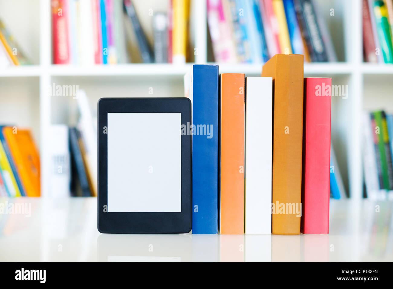 https www alamyimages fr lecteur d ebook et livres papier sur fond d etagere copier l espace sur l ecran digital tablet image221362841 html