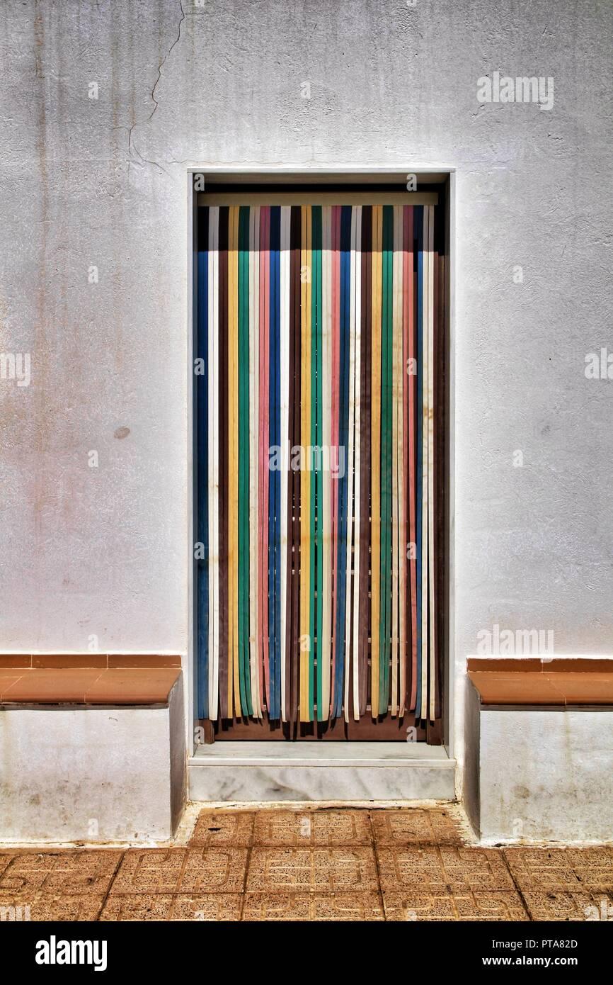 https www alamyimages fr rideau a rayures colorees et sur la porte de maison de village a almeria espagne image221502021 html