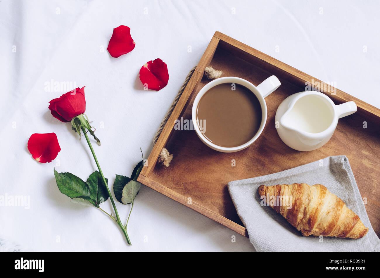 https www alamyimages fr saint valentin romantique petit dejeuner au lit plateau avec croissant frais tasse de cafe espresso avec lait et rose rouge bon matin concept profitez de ralentir l image233818453 html