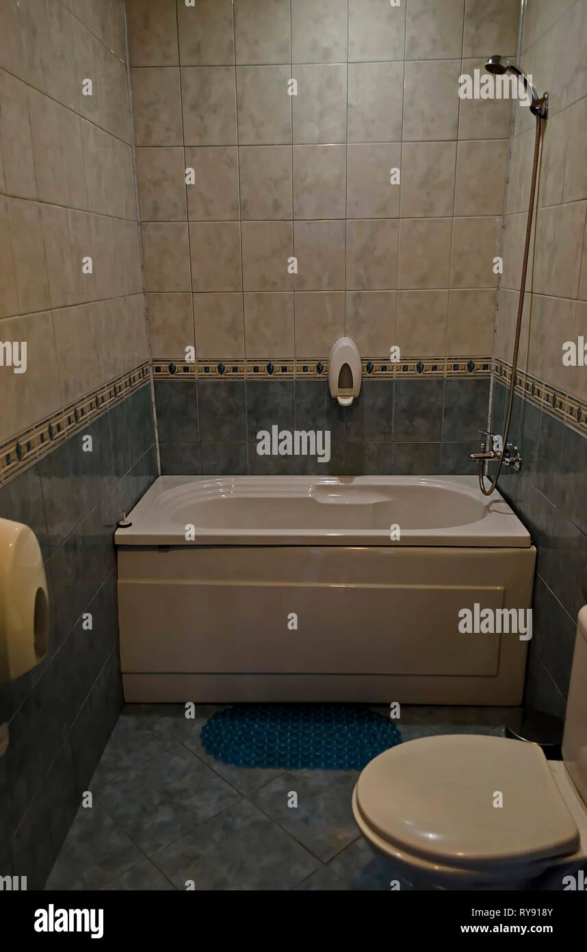 https www alamyimages fr nouvelle petite salle de bains avec baignoire et carrelage interieur sofia bulgarie image240529099 html