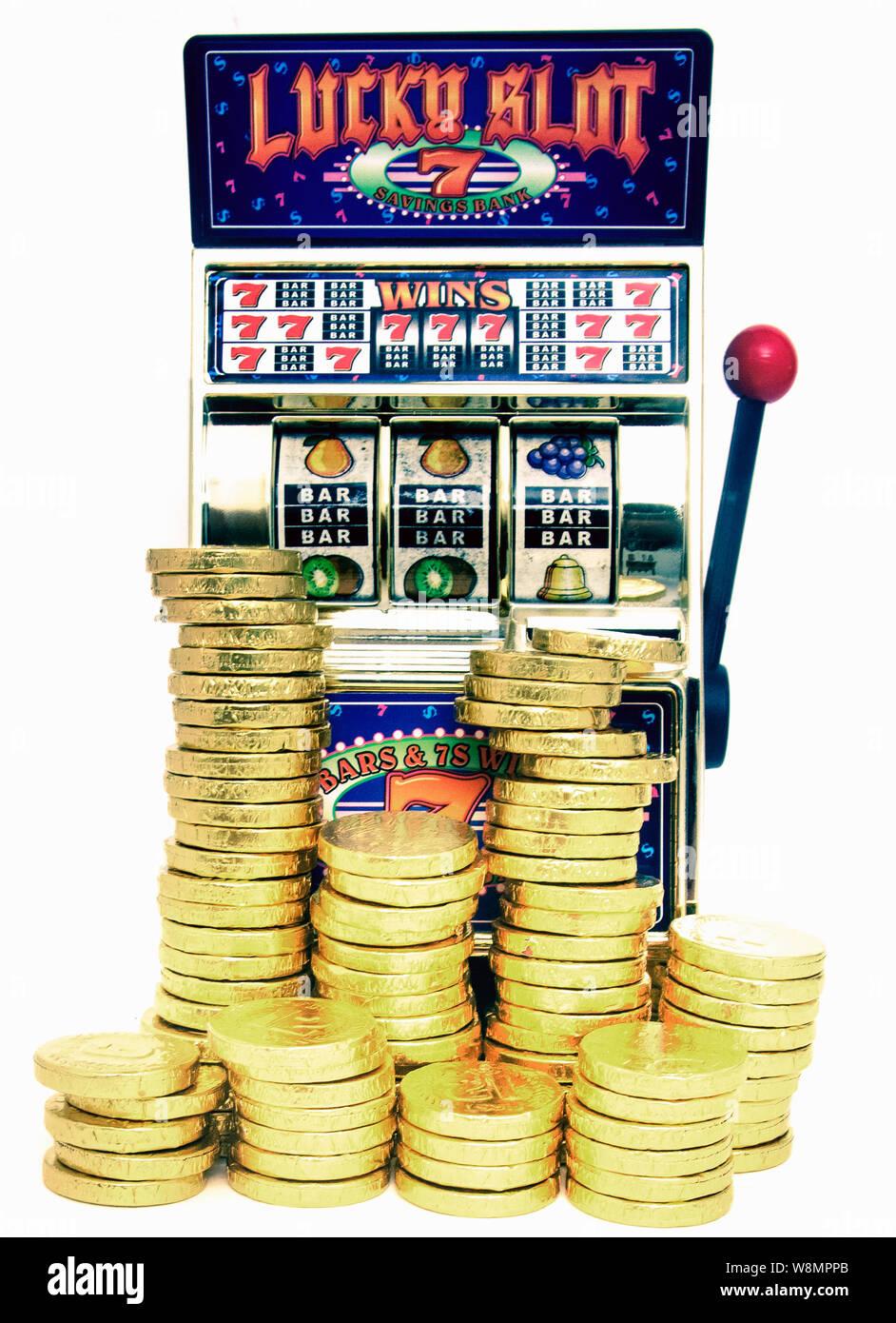 https www alamyimages fr lucky slot machine a sous retro jouet jouet avec de l argent gains image263529683 html